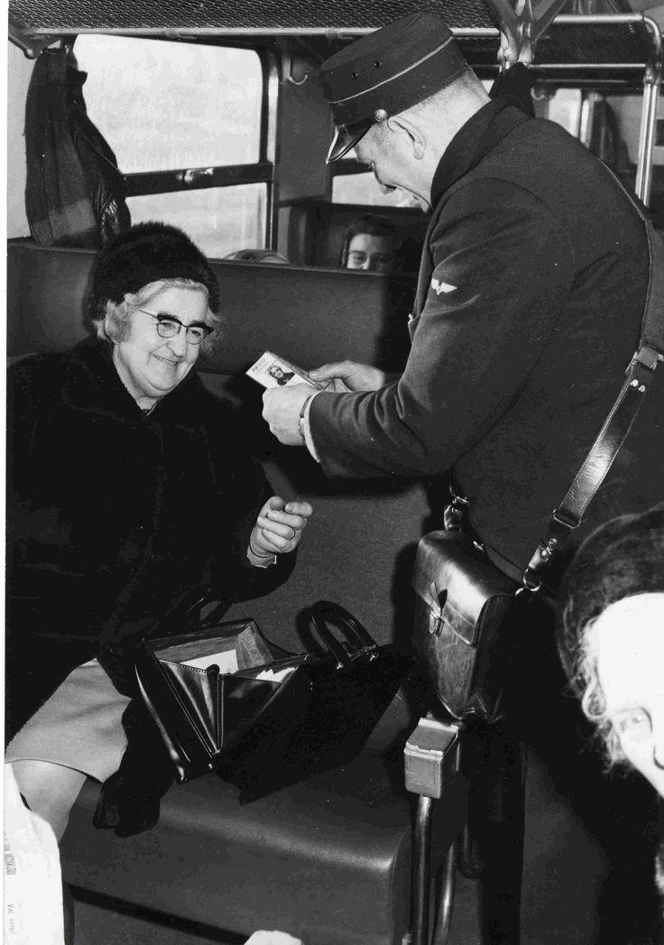 Van 1968 tot 1969 eens in de maans van tilburg naar nijmegen helemaal alleen wat voelde je je groot als de condukteur om het kaartje vroeg