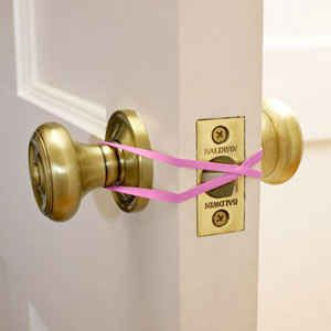 Use a rubberband if you want to keep your door open. (For example, when you're carrying groceries.) | 41 Creative DIY Hacks To Improve Your Home