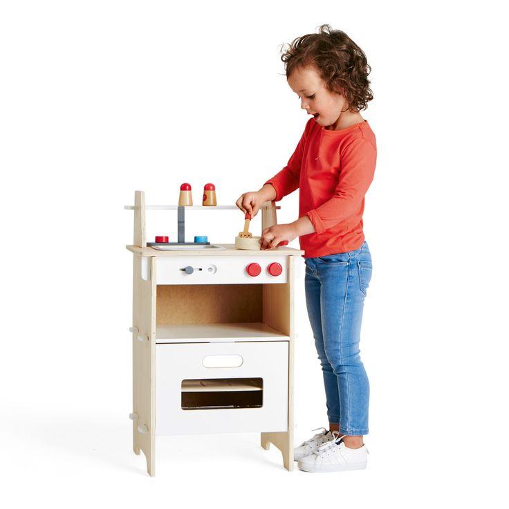 En 5 minutes, les éléments de cette cuisinière en bois sont emboîtés, l'enfant se met aux fourneaux. Il met un peu d'eau dans sa poêle, mélange sa préparation avec la spatule, ajoute du sel et du poivre. Il règle le four en sélectionnant ce qui va cuire, du poisson, du poulet ou une pâtisserie. Comme dans la vraie cuisine, le repas mijote. L'enfant est fier de reproduire les gestes du quotidien.