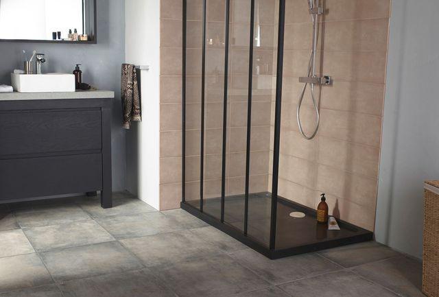 Receveur en pierre naturelle Solano. Dimensions : 120 x 80 x 5 cm. Coloris : noir absolu. 84 kg. 595 euros. Castorama.