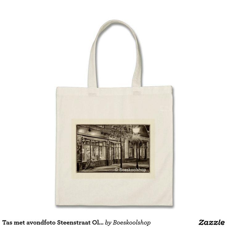 Tas met avondfoto Steenstraat in Oldenzaal. Met de mogelijkheid om tekst te verwijderen dan wel aan te passen (inhoud, lettertype, kleur, grootte, locatie) naar eigen voorkeur. Ook de mogelijkheid om eigen afbeelding (logo) toe te voegen.