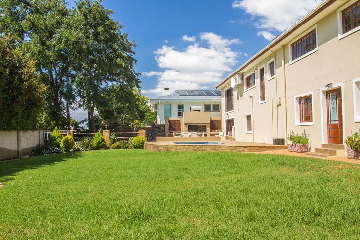 Double storey property with amazing views of the Paarl Valley.