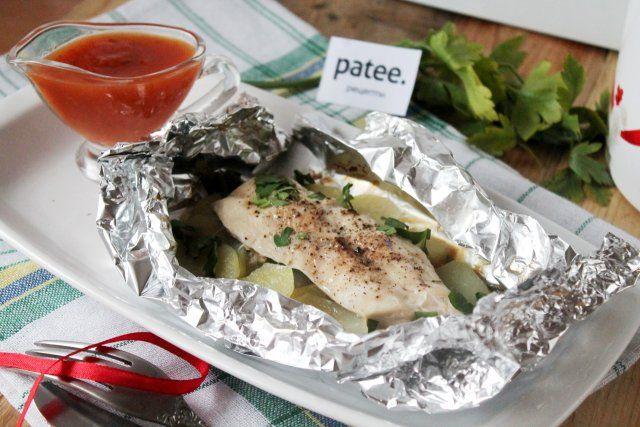 Курица с картошкой в фольге - отличное блюдо на обед в выходной день. Подавать его нужно сразу из духовки прямо в конвертиках, в которых запекали. Конвертик заворачивают по краю или надрезают ножницами, обнажая ароматное содержимое. Куриная грудка получается очень мягкой, картошка просто тает во рту. Листья лука-порея, которые используем как подкладку под картофель, запекаются в соках и масле и становятся просто бомбой - если вы планировали их выбросить - сначала попробуйте! Это просто…