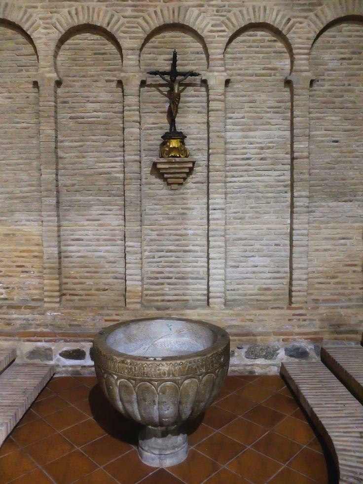 Lado de la epístola. Pila bautismal. Estilo románico