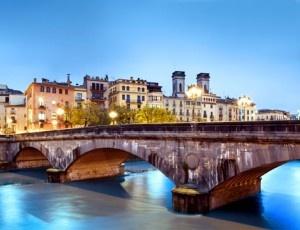 Girona es una ciudad romántica e histórica, descúbrela hospedándote en el céntrico Hotel Carlemany 4*: noche con desayuno + detalle. ¡Todo para 2!