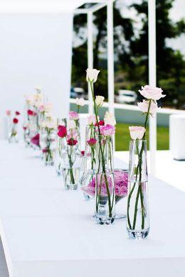 verschillende glaasjes op tafel met zelfde bloem