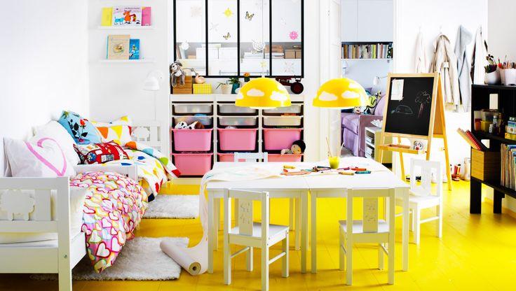 Myslíme si, že detská izba je viac ako len miesto na spanie. Mala by byť a rajom na hranie a fantáziu. Preto sme sa rozhodli dať deťom tú najväčšiu miestnosť v domácnosti. Takto získali miesto na spanie, odkladanie svojich hračiek, hranie sa - a množstvo miesta na všetky ich veľké nápady.