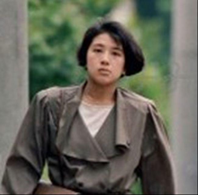 1988 6 13日 目黒区コンクリ御殿自宅付近をドスドス歩いて出勤する雅子。激太り時代に臍穴が生地の上から見えていた例のスーツである。太股のあたりがぱっつんぱっつん状態 (4)