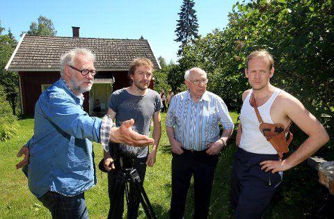 INSTRUERER: Regissør Tore Netland, filmfotograf Tor Aarestad, Harry Sønsterød og Kenneth Berg som spiller Sønsterød i filmen.
