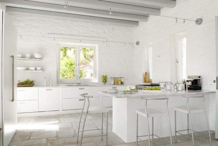 Потолок в виде деревянных балок, покрашенных в белый цвет, станут отличным решением кухни в греческом тиле