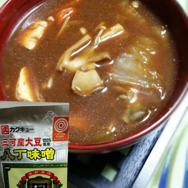 昨夜の博多水炊きの残りにお豆腐を足して 名古屋で買ってた 八丁味噌を使ってお味噌汁を 作ってみましたー 赤だし味噌汁 鶏の出しや、野菜からの旨味が 出たスープに八丁味噌仕立て!ヾ(≧∀≦*)ノ〃 思わずを投入したくなった。(笑)  八丁味噌好きだな❤ いつか、カツ揚げを 作り 味噌カツ作ってみようかな。 自宅で名古屋めし! 美也子ちゃん 食べ友ヨロシクです✋ - 127件のもぐもぐ - 水炊きのリメイク 八丁味噌でお味噌汁☆ by Yumi103