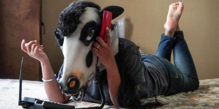 Νέα μόδα στην Ινδία: Γυναίκες φορούν μάσκες αγελάδας - Ποιος ο λόγος;
