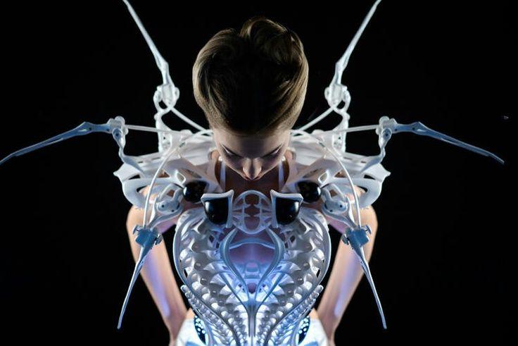 Будущее уже наступило. Перед вами паучий робот-костюм от Anouk Wipprecht, реагирующий своими конечностями на окружающих