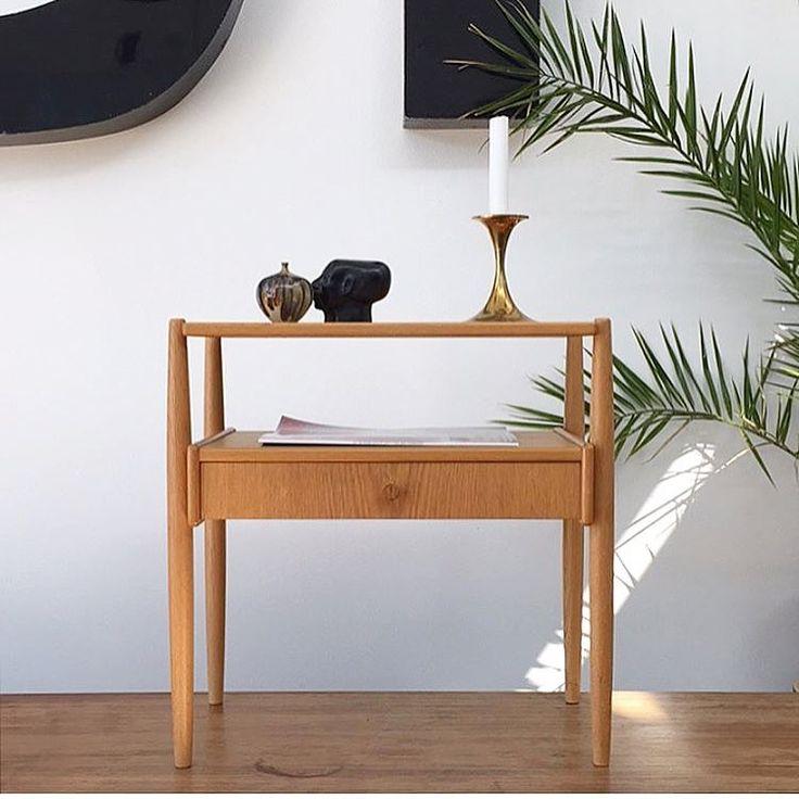 Let og elegant lille svensk side-, senge- eller entrébord i egetræ. Flot stand uden kantafslag, øverste plade med en mindre skygge (billede kan sendes). H:51 B:51 D:32 cm. 850 kr. #sidebord #sengebord #egetræsbord #swedishdesign #scandinaviandesign #indretning #interiør #boligindretning #vintage415_