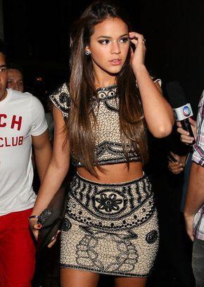 Look da atriz Bruna Marquezine com conjunto de saia + top cropped na balada.