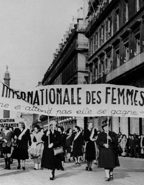 Savez-vous comment l'idée de la journée des femmes est née ? Et pourquoi la date du 8 mars a-t-elle été choisie ? Réponses avec cette frise interactive, revenant sur huit dates clés de l'Histoire. http://www.elle.fr/Societe/News/Comment-est-nee-la-journee-de-la-femme-2917492