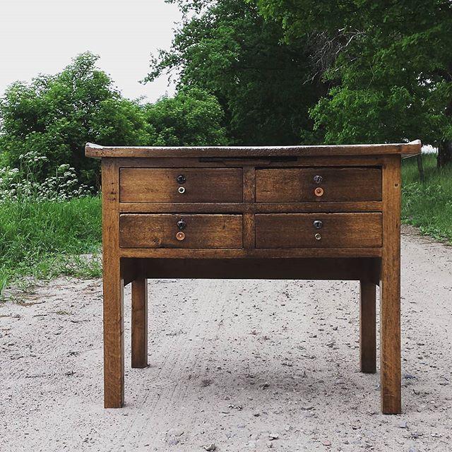 Prezent dostaliśmy 🙉🙉 stary krawiecki stół 😀 Niechciane meble znajdują nas nawet tutaj 😊😊 Albo trzeba będzie otworzyć sklep albo kupić większe mieszkanie 😂😂 🙈 #stół #starystół #mebel #furniture #prezent #meblezduszą