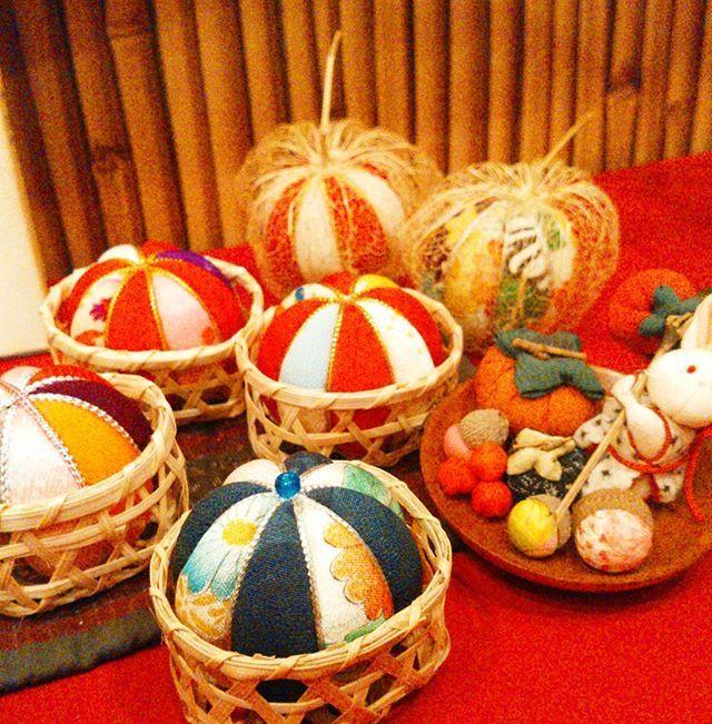 【手作り!】 これはお客さんが作ってくれた鞠です🎵いろんな生地を合わせて一つずつ作った物は、見てて温かいですね(*´ー`*) 料理も同じ…100人前入ろうが、一人前、一品、飾り切り一つに思いを込めて作ります。愛情が一番の調味料ですね♪笑  #千葉県#野田市#七光台#ランチ#女子会#野菜#肉#日本料理#しみずや#健康#魚#ダイエット#food#お弁当#製薬会社#配達#謝恩会#企業向け#デリバリー#宴会#手作りは温かい(っ´ω`c)