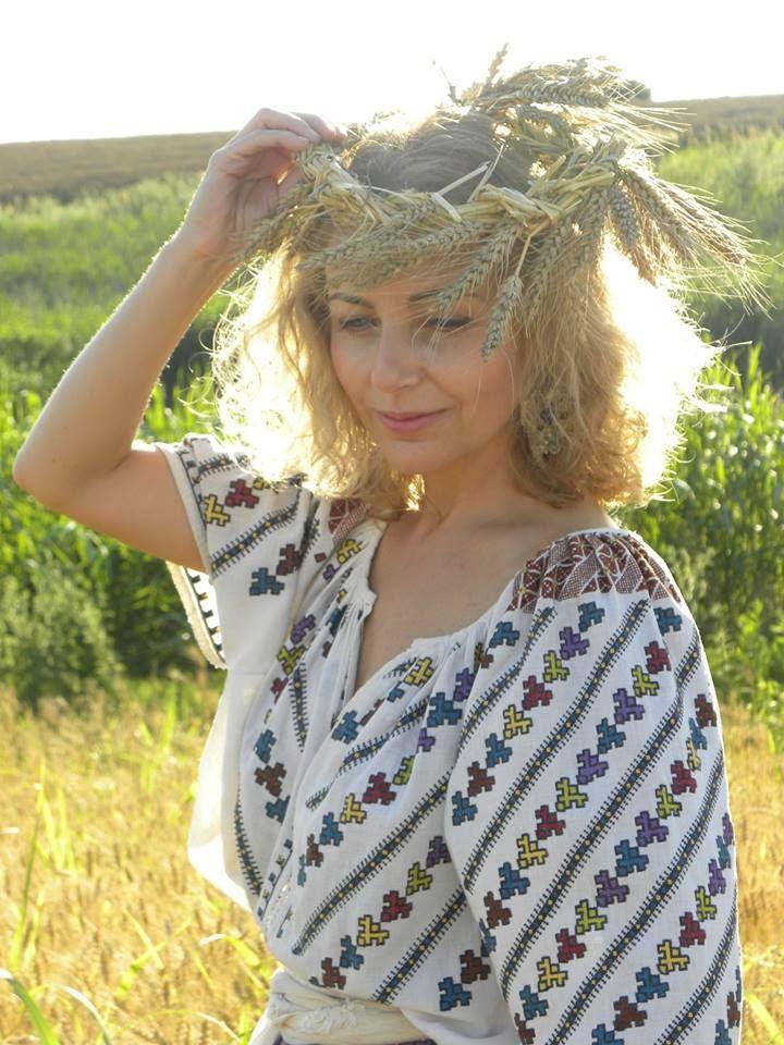 Gorgeous traditional Romanian  blouse (IIE) -- via Iulia Gorneanu
