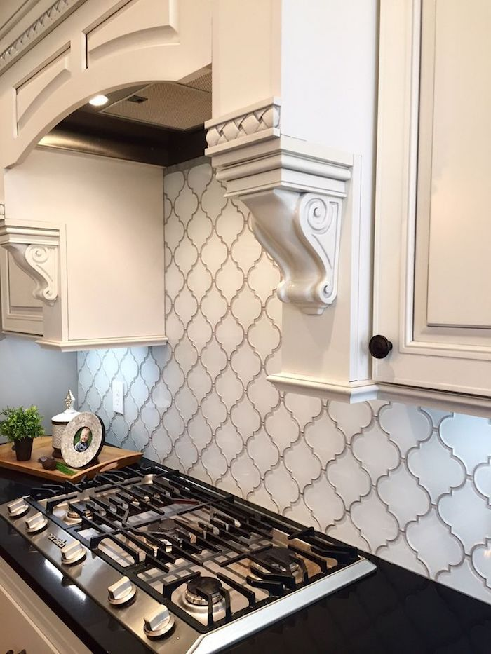 Arabesque Backsplash In White With Grey Joints Near A Black Counter Top With An Inbuilt Hob An White Backsplash Kitchen Remodel Countertops Kitchen Remodel