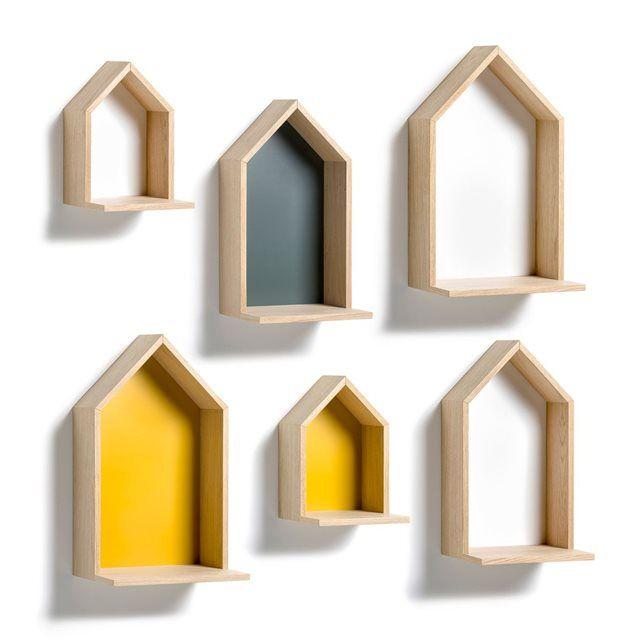 Une étagère en forme de maison à suspendre. Caractéristiques :- En MDF plaqué chêne, côté en panneaux de particules plaqués chêne, fond en MDF peint. - 2 platines pour fixation murale (vis et chevilles non fournies). Dimensions :- L.25 x H.45 x P.22 cm.