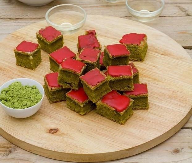 La ricetta per dei deliziosi dolcetti giapponesi al tè verde matcha, un'idea raffinata per un dolce buffet, direttamente dal ricettario di Luisanna Messeri. http://www.alice.tv/pasticcini-biscotti/dolcetti-giapponesi-te-verde