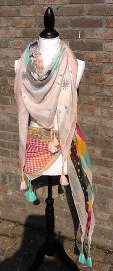 Prachtige nieuwe (vierkante) sjaals binnengekregen in vier verschillende kleurcombinaties €9.95 per stuk!