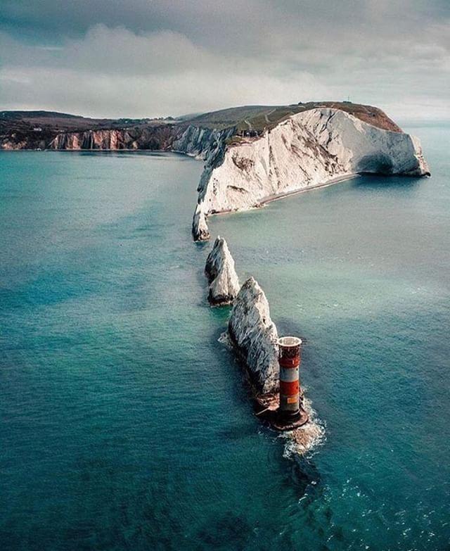 #IlhadeWight!   A Ilha de Wight (em inglês #IsleofWight) é uma ilha localizada a sul de Southampton na costa sul da Inglaterra. É a maior ilha no Canal da Mancha e está separada da Grã-Bretanha pelo estreito denominado Solent. A ilha é um condado cerimonial e não-metropolitano da Inglaterra e parte integrante do Reino Unido.  Mais fotos incríveis na bio @blogmundodeviagens  #wonderfulplacestogo #natureza #naturezaperfeita #naturezalinda #naturezabela #travel #travels #traveler #viagens…