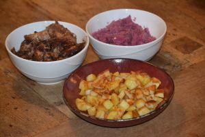 Konijn met rode kool en gebakken aardappelen - Uit de pan van San