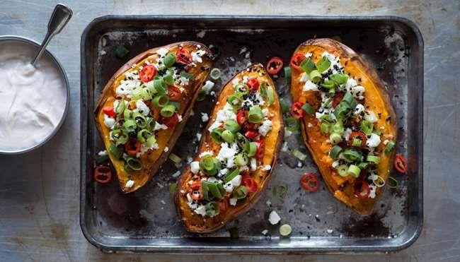 Oven sweet potatoes /  Valmista bataatit uunissa uuniperunoiden tapaan. Makean bataatin kanssa sopii suolainen fetatäyte. Syö sekä edullisesti että hyvin. Tämäkin resepti vain n. 1,85 €/annos*.