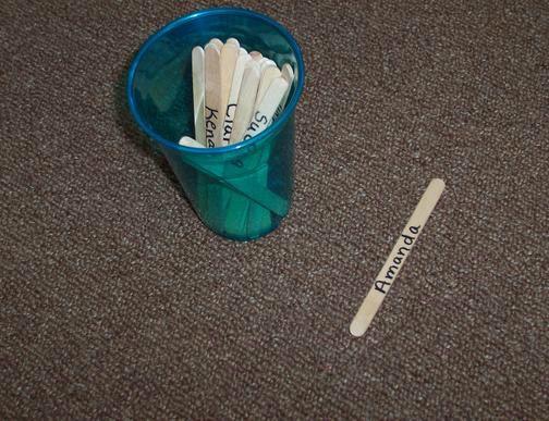 Schrijf de namen op ijsco stokjes en pak een stokje om de beurten te verdelen