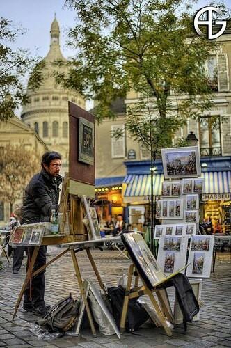 PARIJS Het centrum van de oude kunstenaarswijk Montmartre is de Place du Tertre waarachter de basiliek Sacre-Coeur oprijst