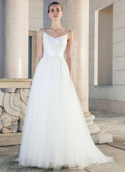 Like a contemporary princess. From Giuseppe Papini Bridal Collection, embroidered tulle gown, dubbed silk mikado for the bodice, mikado belt with bow on the back. Photo Giuseppe Papini