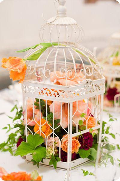 Centre-de-table-cage-oiseaux-lanternes-fleurs-oranges-decoration-mariage-vintage