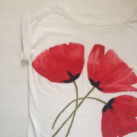 Artículos similares a Pintado a mano de amapolas rojas en algodón orgánico T-shirt/regalos éticos / / Slow Fashion en Etsy