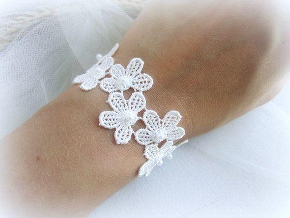 Spitzen Armband mit Blume, weiß Elfenbein Spitze Armband, Hochzeit Armband, Spitze Blumen Armband, Braut Armband, Brautjungfer Armband