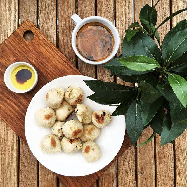 морнинг, социальная сеть (из моросящей)! #кофекофе и волшебные шарики из теста! рецепт украден в изящной манере (хитрость-шантаж) вчера в ресторане Ask Italian (он тут очень приличный) городка с говорящим названием Мальборо!  ингредиенты просты: - 10 г свежих дрожжей - 300 г пекарской муки (сильной) - 0.5 ч.ложки соли - 1 ч.ложка оливкового масл - для усиления радости (рядом потом ставить в миске) 75 г сливочного мягкого масла, зелень, чеснок. - дрожжи в чашку, залить 90 мл тёплой воды…