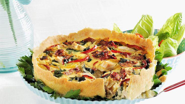 Kyckling och bacon är en riktig hit i paj. Baka den här läckra glutenfria varianten och servera med krämig vitlökssås!