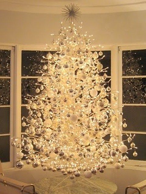 Stunning.   33 Exciting Silver And White Christmas Tree Decorations | DigsDigs
