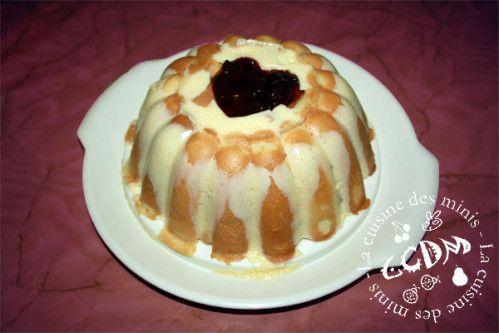 Envie d'un dessert bien frais.. alors pourquoi pas une charlotte à l'ananas... Ingrédients : 20 boudoirs 1 sachet de préparation pour flan à la vanille 1/2 litre de lait 1 boîte d'ananas au sirop Préparer le flan comme indiqué sur la boîte avec le lait...