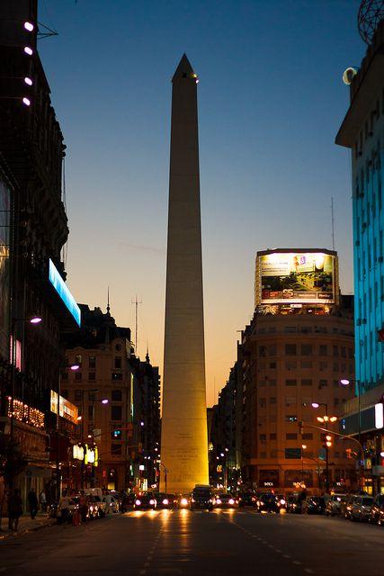 El Obelisco, monumento emblemático sobre la Avenida 9 de julio, la más ancha sel mundo. Ciudad de Buenos Aires .