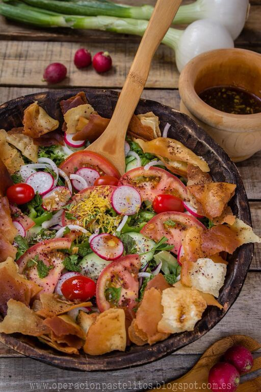 Ensalada arabe con pan tostado o fattoush فتوش Pasta Bar, Lebanese Recipes, Shawarma, Tostadas, Paella, Salad Recipes, Salads, Menu, Pita