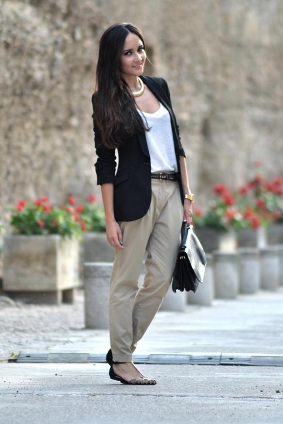 Polo basico blanco, pantalon beige y blazer negro.