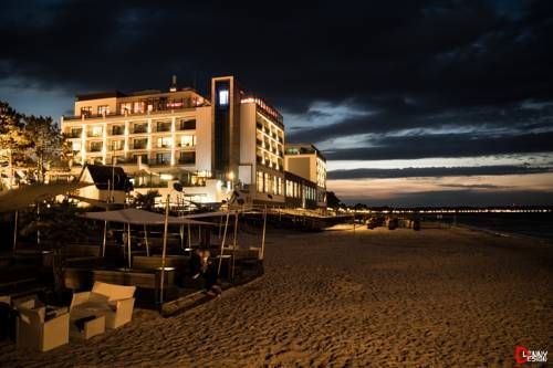 Bayside Scharbeutz Bayside is situated in Scharbeutz, directly on the beach and the Baltic Sea coast. The hotel offers a 1500 m? spa and wellness centre, an indoor pool and free WiFi access is available.
