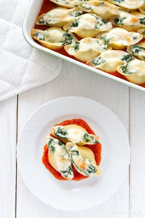 Muszle ze szpinakiem i fetą w sosie pomidorowym