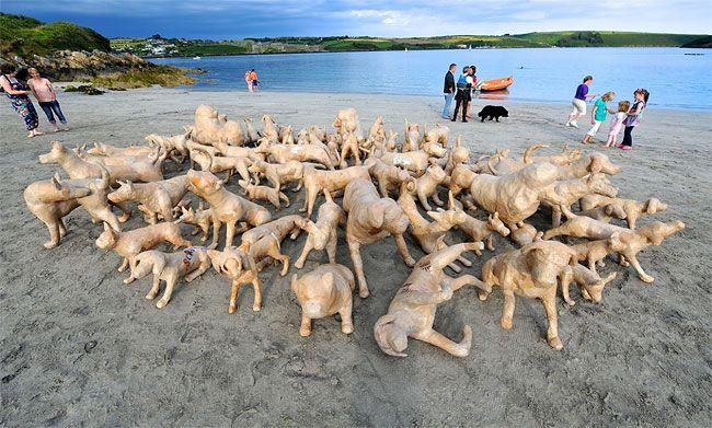 #интересное  120 собак на ирландском пляже (13 фото)   Для фестиваля искусств Кинсейл в графстве Корк, Ирландия, местным художником Томом Кэмпбеллом и ста добровольцами были сделаны 120 собак из папье-маше и размещены на пляже и других местах города. Цель этого проек