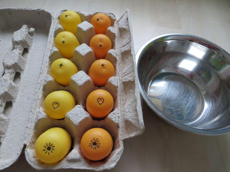 Sluchové válečky z kinder vajíček dvou barev - jedna řada vajíček zůstane v krabičce a druá se dá do misky. Dítě postupně zatřepe vajíčky a přiřazuje stejný zvuk. Na spodní straně vajíčka je znak pro kontrolu, zda byla vajíčka přiřazena správně (náplň vajíček - co dům dal - mouka, kuskus, rýže, cizrna a velké fazole - v obou vajíčkách musí být stejný počet fazolí, stejné množství mouky)