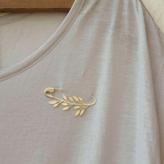 FIBULOSO est le mélange de deux mots « Primer » et fabuloso (mot espagnol pour « fabuleux »). En archéologie, fibule est le nom de toutes les pièces métalliques utilisées dans lantiquité pour rejoindre et tenir les vêtements. Il pourrait être appelé « lancêtre des épingles de sûreté ». Cette broche est un hommage à des épingles de sûreté, un objet quotidien transformé en bijou. FIBULOSO OLEA est inspiré de rameaux dOlivier. Le corps principal est coupé dune feuille dargent à la main et l...