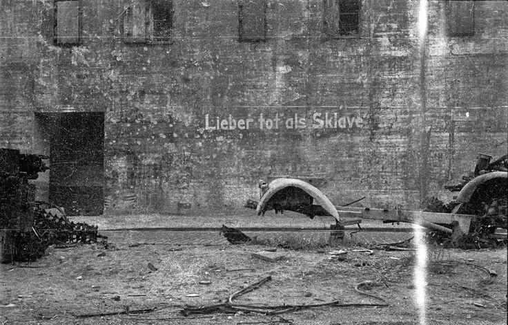 "Berlin 1945 Durchhalteparole am Zoobunker: ""Lieber tot als Sklave"" © Stadtmuseum Berlin | Foto: Cecil F.S. Newman"