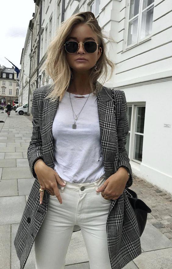 Óculos ray ban, blusa branca podrinha destroyes, calça branca, blazer xadrez